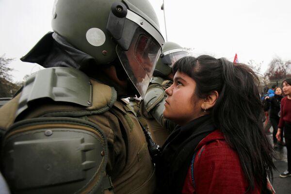 Policie a účastníci protestu u příležitosti výročí vojenského převratu 1973 v Santiagu, Chile - Sputnik Česká republika