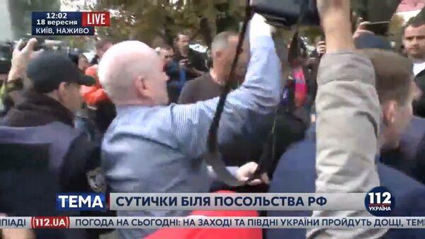 Na internetu se objevilo video bití Rusa u velvyslanectví v Kyjevě - Sputnik Česká republika