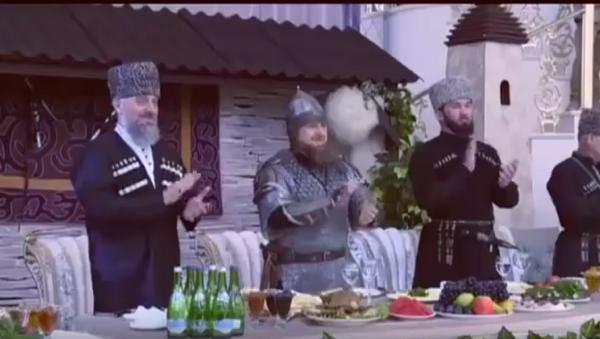 Ramzan Kadyrov přišel na slavnostní událost v přilbě, s mečem a kopím. - Sputnik Česká republika
