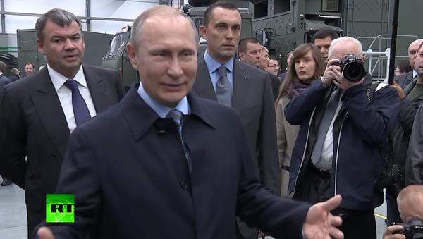 "Putin si zažertoval na adresu ""vážného"" dělníka koncernu Kalašnikov. VIDEO - Sputnik Česká republika"