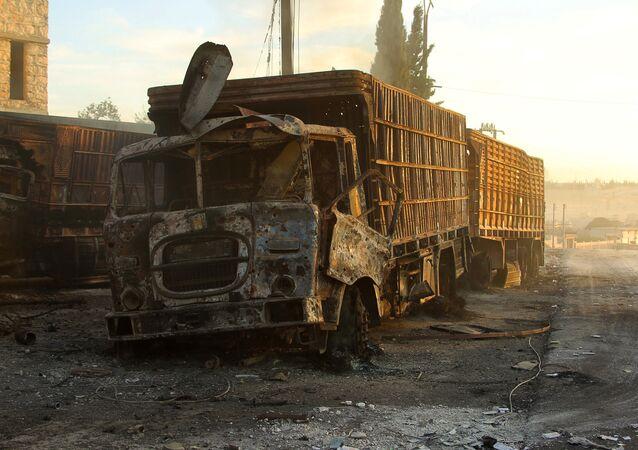 Náklaďák zničený během útoku na humanitární konvoj
