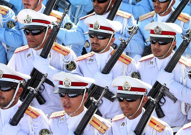 Íránští vojáci na přehlídce