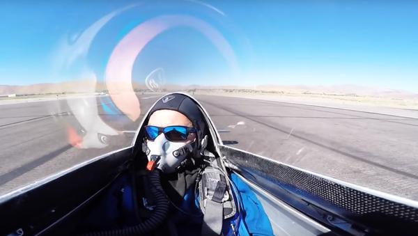 Letadlo zavadilo křídlem o letce. VIDEO - Sputnik Česká republika