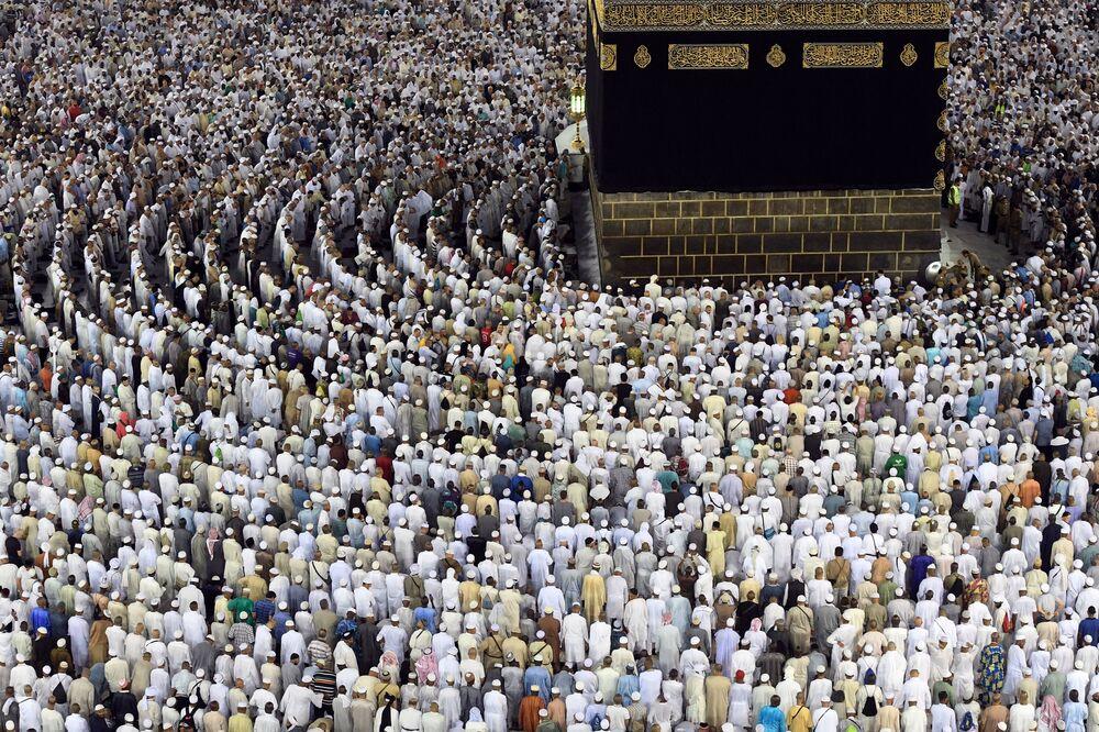 Poutníci na hadži se modlí kolem Káby v mešitě Masdžid al-Haram v Mecce