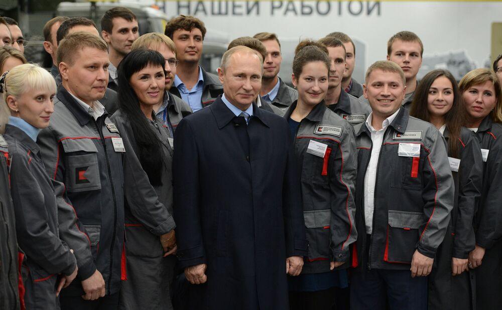 Prezident RF Vladimir Putin mluví s dělníky a inženýry koncernu Kalašnikov v Iževsku