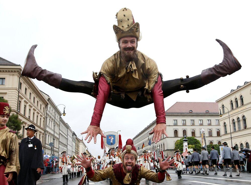 Umělci během vystoupení na každoročním festivalu Oktoberfest v Mnichově, Německo