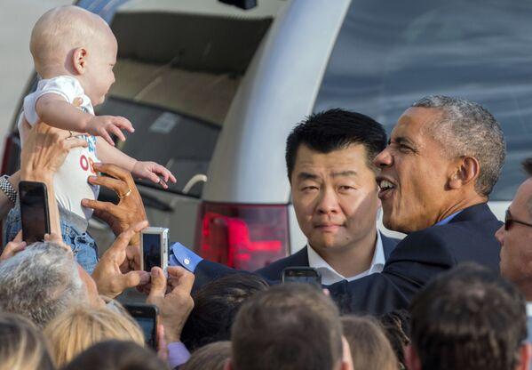 Prezident USA Barack Obama se dívá na novorozeně v New Yorku, USA - Sputnik Česká republika