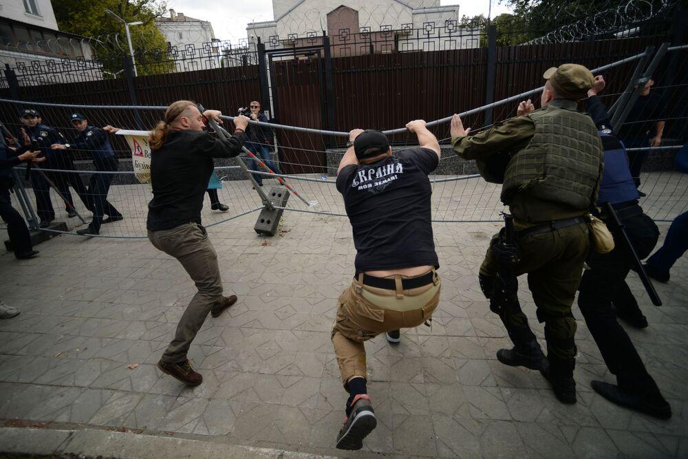 Protestní akce před budovami ruských diplomatických zastupitelství na Ukrajině