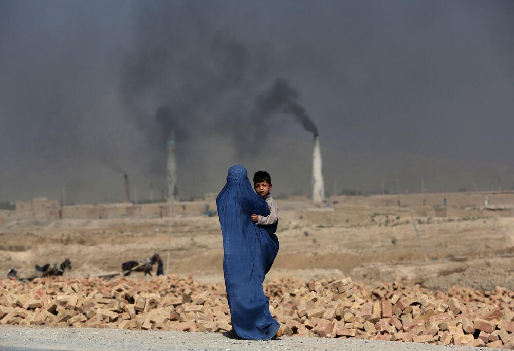 Afghánská žena s dítětem v náručí, Kábul