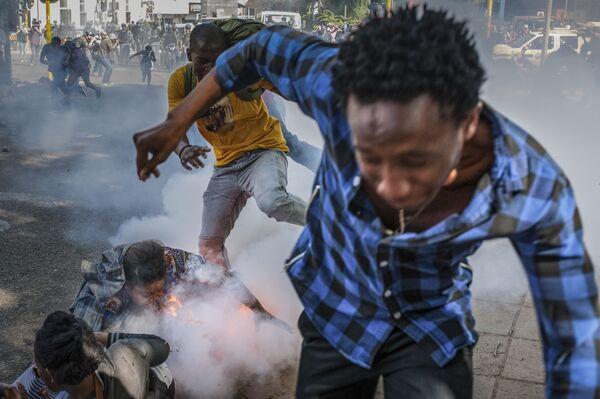 Studenti univerzity Witwatersrand v Johannesburgu se snaží vyhnout gumovým projektilům, JAR - Sputnik Česká republika