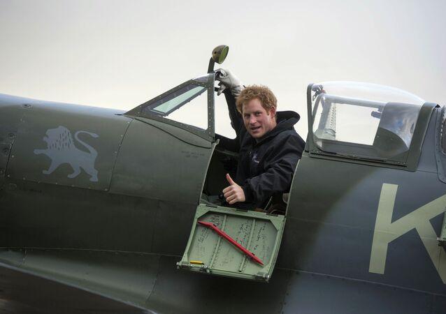 Britský princ Harry ve stíhačce Supermarine Spitfire.