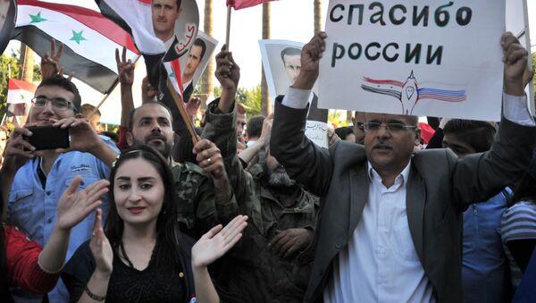Účastníci mítinku v Tartusu na podporu operace ruského letectva v Sýrii. - Sputnik Česká republika
