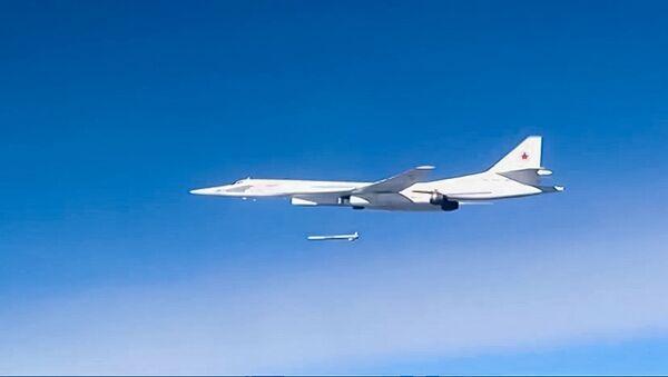 Strategický bombardér Tu-160 při bombardování pozic IS v Sýrii - Sputnik Česká republika