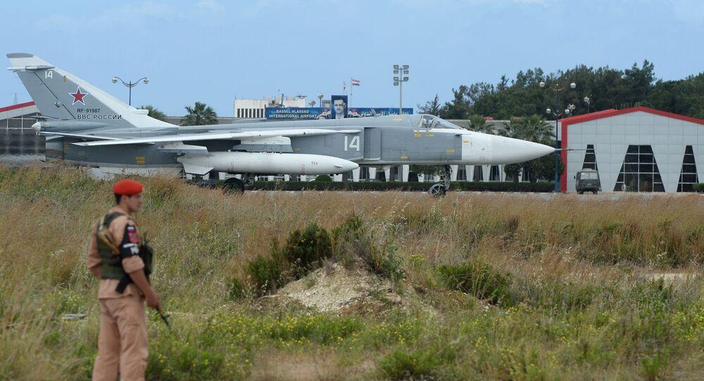 Ruské letadlo Su-24 na základně Hmeimim.