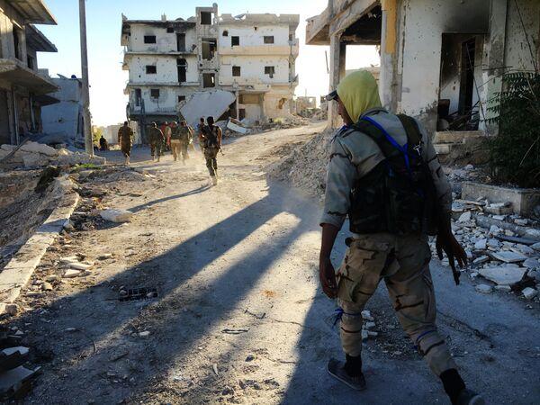 Domobranci v osvobozeném od teroristů táboru palestinských běženců Handarát na severovýchodě Aleppa - Sputnik Česká republika