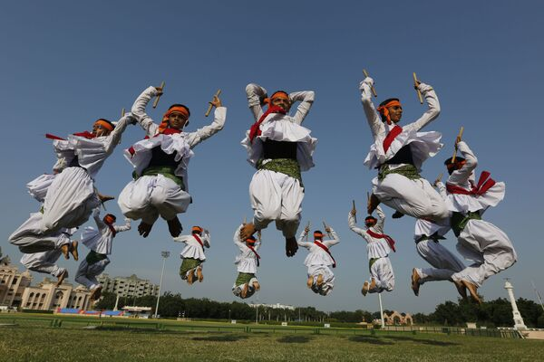 Indičtí studenti tančí tradiční tanec státu Gudžarát na hinduistickém festivalu Navratri v městě Ahmadábád - Sputnik Česká republika