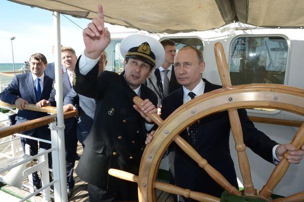 Prezident RF Vladimir Putin na palubě plachetní lodě Naděžda v Soči - Sputnik Česká republika