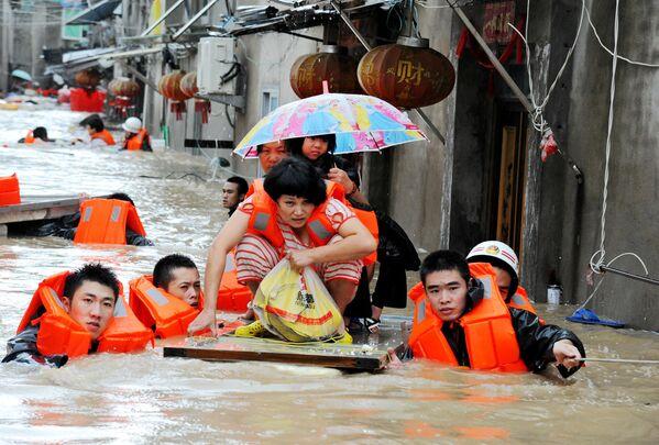 Záchranáři evakuují místní obyvatele ze zóny záplav po tajfunu Megi v čínské provincii Fu-ťien - Sputnik Česká republika