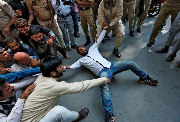 Zatčení stoupence proindické strany Awami Ittihad na mítinku pro všelidové hlasování, Srinagar - Sputnik Česká republika