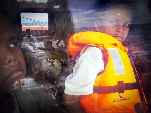 Osmiletý somálský chlapec na palubě záchranné lodě směřující k italskému pobřeží - Sputnik Česká republika