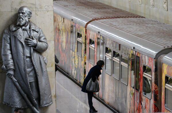 Vlak moskevského metra Akvarel s obnovenou expozicí Město v malířství - Sputnik Česká republika