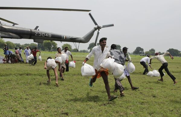 Obyvatelé zaplavené vesnice sbírají humanitární pomoc v Allahabadu, Indie - Sputnik Česká republika