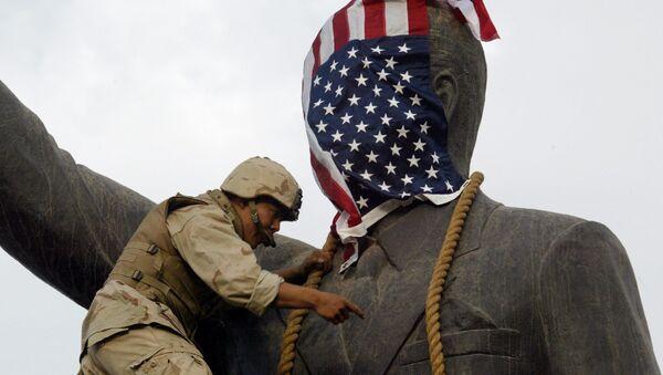 Americký voják na soše Saddámu Husajnovi - Sputnik Česká republika