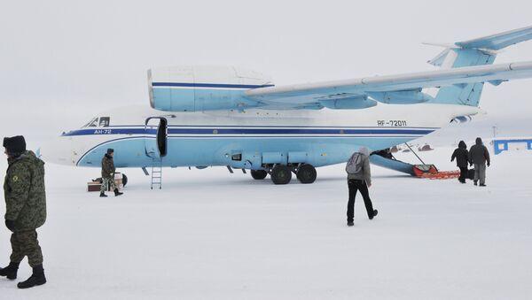 Letadlo An-72 na souostroví Země France Josefa - Sputnik Česká republika