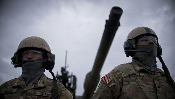 Američtí vojáci na pozadí tanku M1 Abrams - Sputnik Česká republika