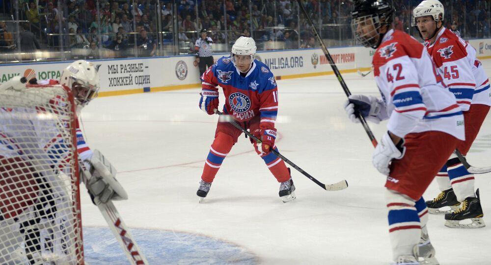 Putin hraje hokej