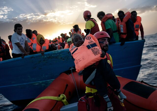 Záchracha dítě z lodi ve Středozemním moři