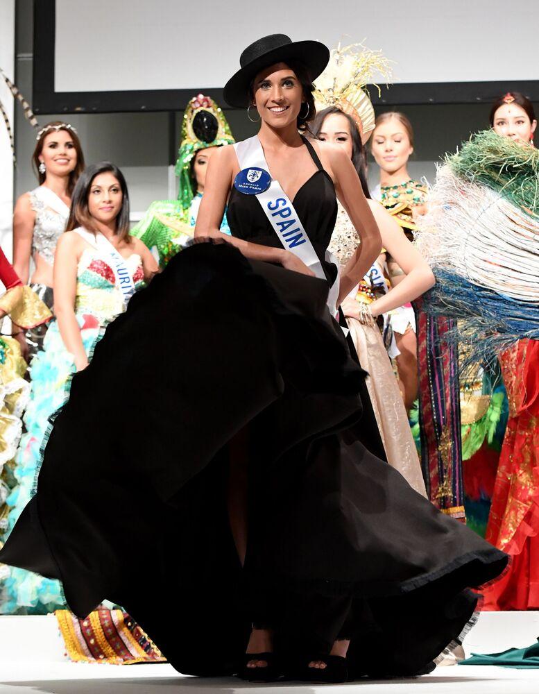 Miss Španělsko Anabel Delgado Torres na přehlídce pro tisk soutěže Miss International Beauty Pageant v Tokiu