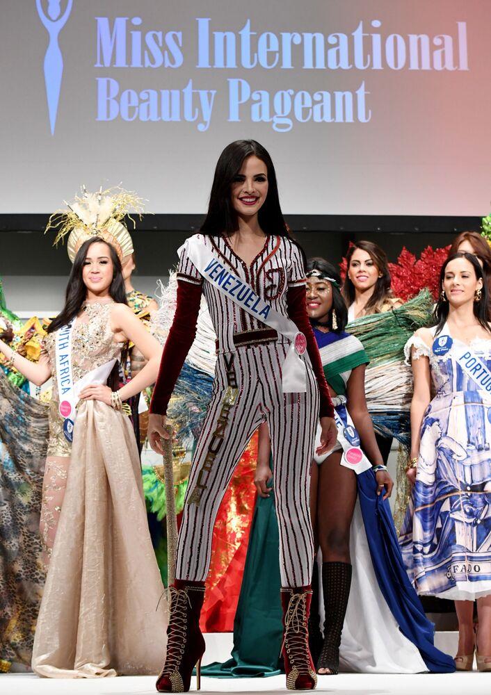 Miss Venezuela Jessica Duarte na přehlídce pro tisk soutěže Miss International Beauty Pageant v Tokiu