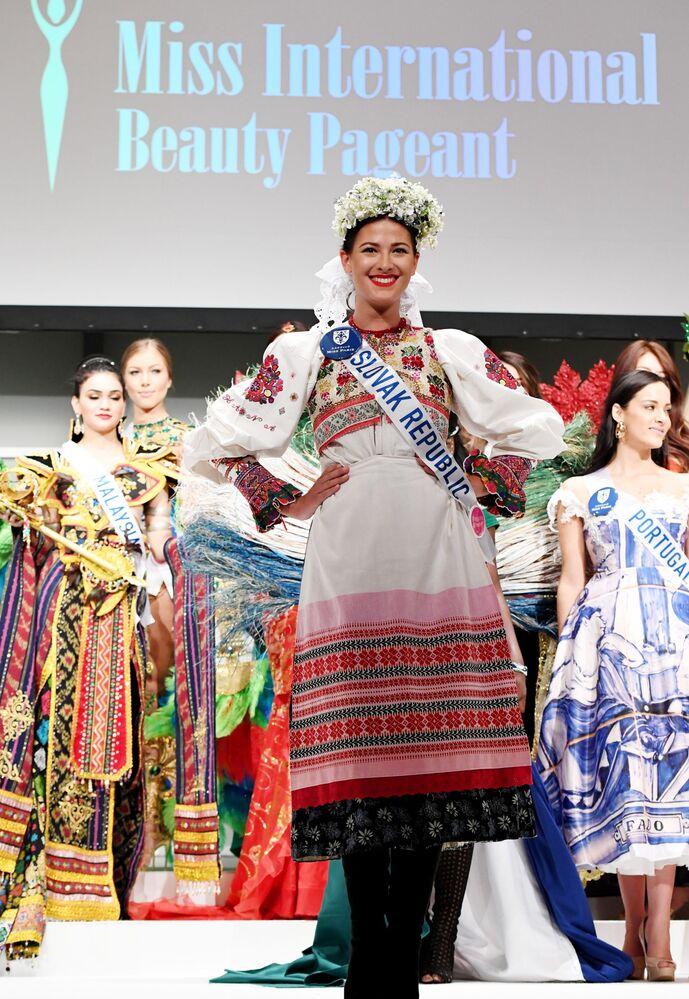 Miss Slovensko Michaela Meňkyová na přehlídce pro tisk soutěže Miss International Beauty Pageant v Tokiu