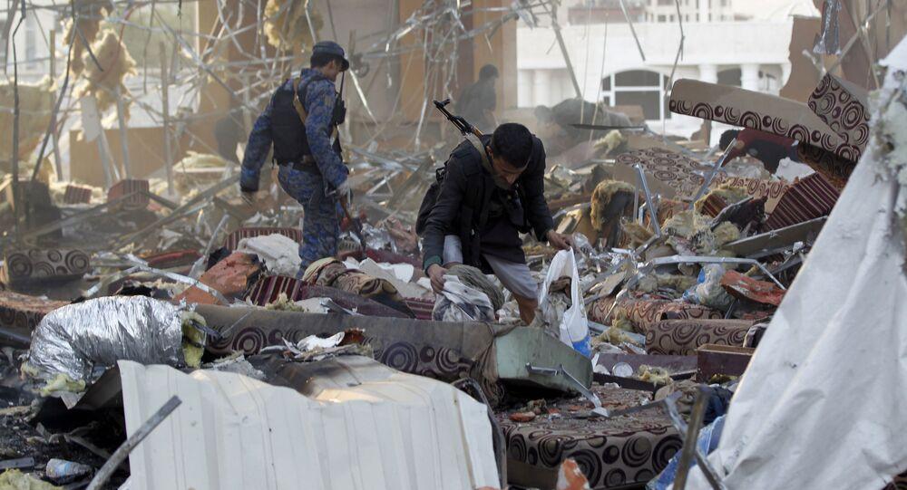 Následky útoku na smuteční obřad ve městě Saná