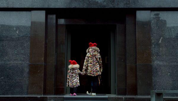 Děti u vchodu do Leninova mauzolea na Rudém náměstí v Moskvě - Sputnik Česká republika
