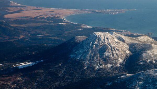 Вид на вулкан Менделеева и поселок Южно-Курильск на острове Кунашир - Sputnik Česká republika