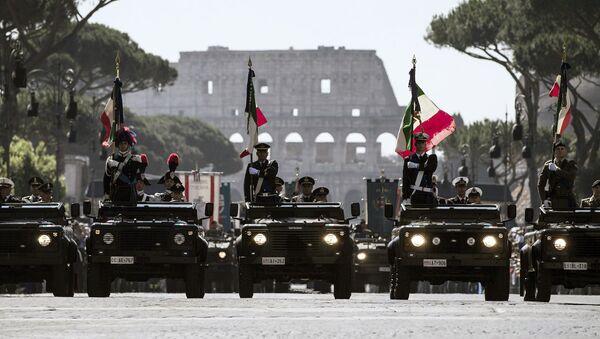 Italští vojáci během Dne republiky na pozadí Kolosea v Římě - Sputnik Česká republika
