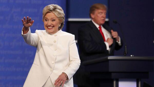 Кандидаты в президенты США Хиллари Клинтон и Дональд Трамп после окончания третьих дебатов - Sputnik Česká republika