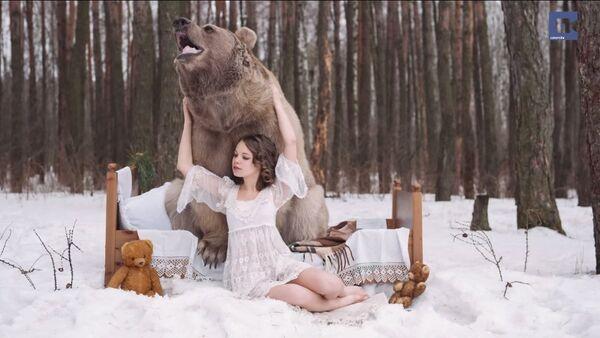 Krása a divoká příroda: Ruské modelky pózují s medvědem - Sputnik Česká republika