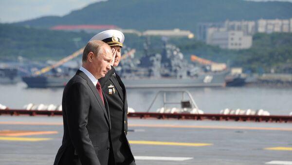 Vladimir Putin na pozadí letadlové lodě Admirál Kuzněcov - Sputnik Česká republika