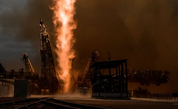 Vypuštění nosné rakety Sojuz-FG s pilotovanou lodí Sojuz MS-02 z kosmodromu Bajkonur - Sputnik Česká republika