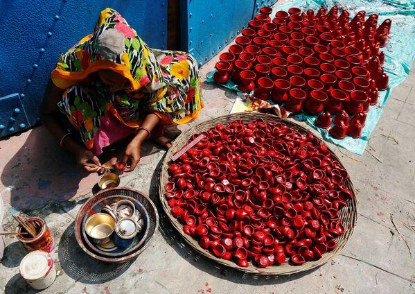Žena maluje keramické lampy v indické Kalkatě - Sputnik Česká republika
