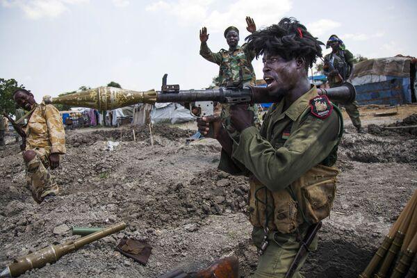 Vojáci súdánské Lidové osvobozenecké armády v zákopech u města Malakal na jihu Súdánu - Sputnik Česká republika