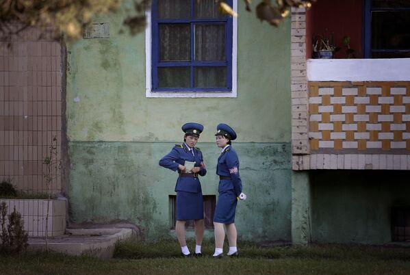 Příslušníci dopravní policie před budovou v Pchjongjangu - Sputnik Česká republika