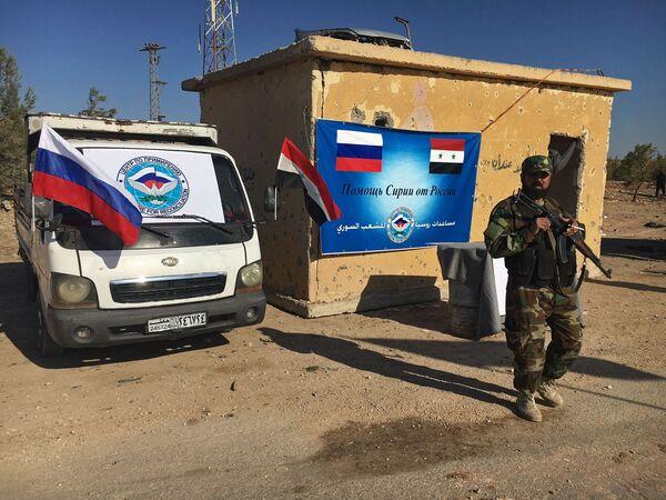 Policista u dálnice Castello na severu syrského Aleppa - Sputnik Česká republika