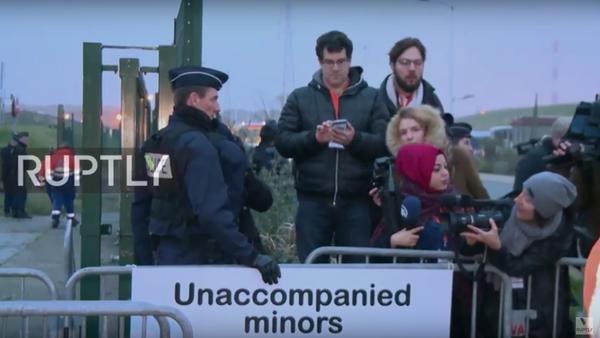 První autobus s migranty z tábora v Calais zamířil do záchytného zařízení - Sputnik Česká republika