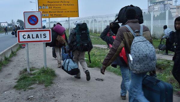 Evakuace migrantů z džungle ve francouzském Calais - Sputnik Česká republika