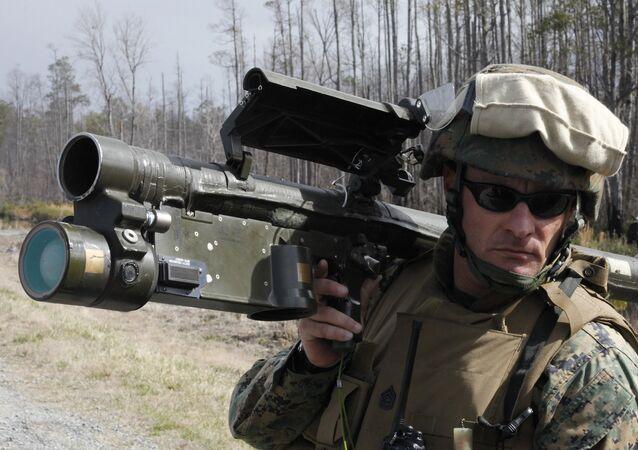 Voják NATO s protileteckou raketou Stinger