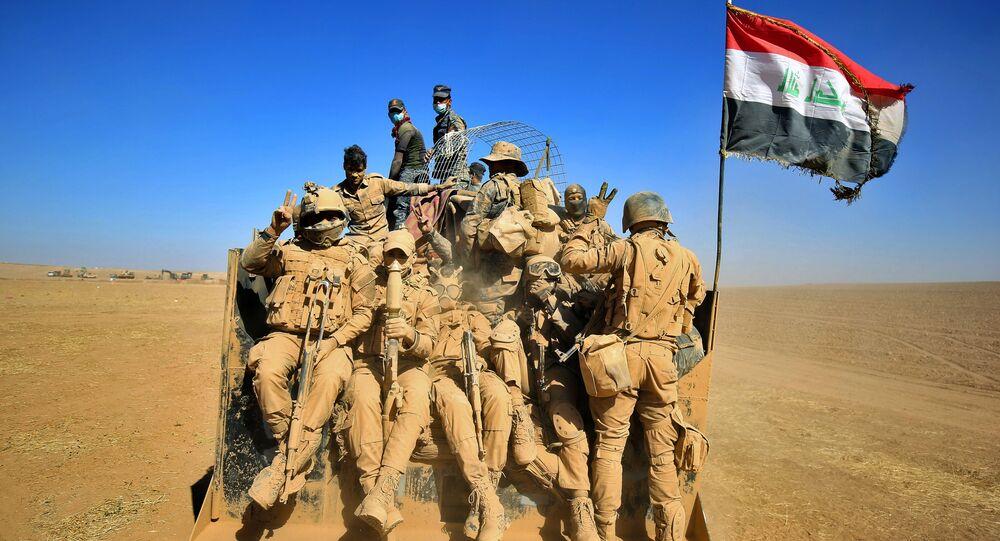 Iráčtí vojáci odjíždí z vojenské základny v Mosulu